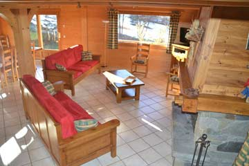 Wohnraum mit TV und Kamin