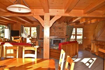 der schöne, große und helle Wohnraum mit Esstisch, Sofaecke, Terrassenzugang und TV