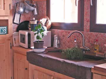 Auch ein Hingucker: das Naturstein-Spülbecken