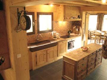Seitlicher Blick in die Küche des Ferienhauses
