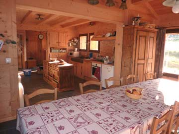 Esstisch für 12 Personen und Blick zur offenen Küche