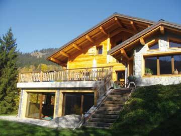 Ferienhaus in den Portes du Soleil - Sommeraufnahme mit dem Hallenbadanbau (Gartenansicht)