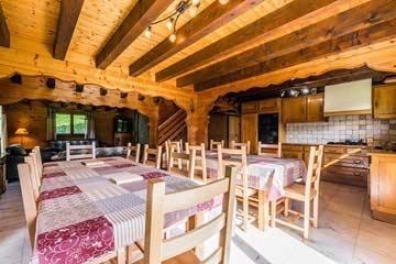 Esstische und offene Küche (noch mit alter Küche)