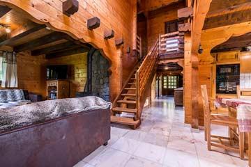 Im Inneren des Chalets: links Wohn-, rechts Essbereich und Küche