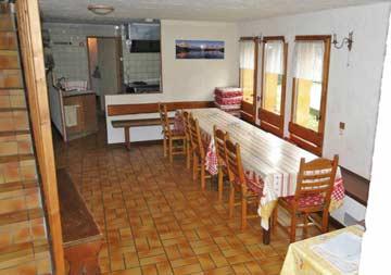 Hütte Samoens - der gemütliche Speise- und Aufenthaltsraum mit TV