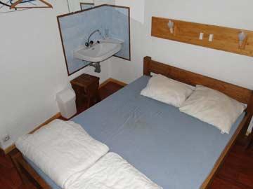 Blick in die Schlafzimmer: das 2-Bett-Zimmer mit fl. Wasser