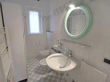 Badezimmer mit DuscheBidet und WC