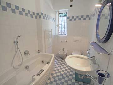 Badezimmer mit Badewanne, Bidet und WC