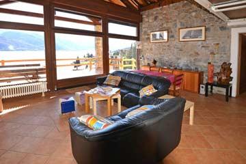 Wohnzimmer mit Panoramafenstern