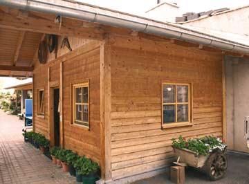 die Holzblockhütte auf dem Hof von außen