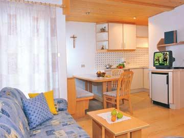Ferienwohnung Rosengarten Latemar - einer der beiden Wohnbereiche mit Küche und SAT-TV