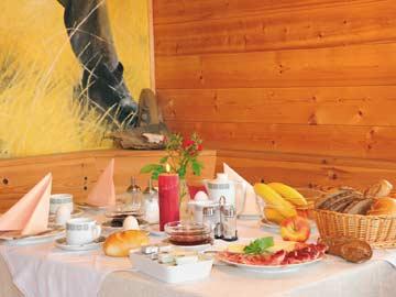 Ferienwohnung Rosengarten Latemar - gedeckter Tisch in der Holzblockhütte