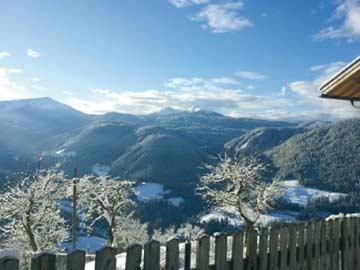 Blick vom Balkon auf das Eggental in Südtirol