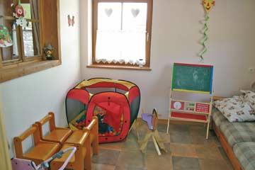 Liebevoll eingerichtetes Spielzimmer neben Speise- und Aufenthaltsraum