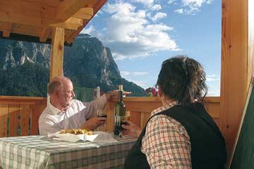auch im Spätwinter oft schon möglich: ein Glas Wein auf dem Balkon mit herrlicher Aussicht