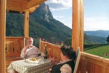 bei einem Gläschen Wein auf dem Balkon mit herrlicher Aussicht