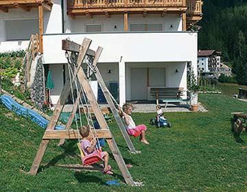 ein Paradies für die kleinen Gäste: Ein eigener Spielplatz am Haus