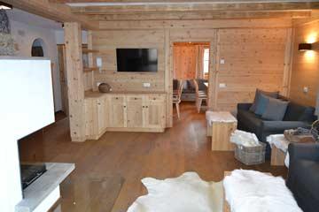 Durchgang zum Esszimmer, Sofa, Kamin und SAT-TV im Wohnraum