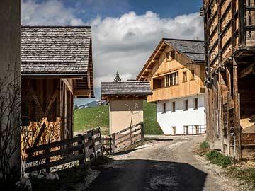 kleine Bauernsiedlung in Alta Badia, das neu gebaute Chalet in der rechten Bildmitte