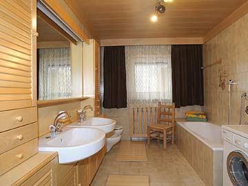 Badezimmer im EG mit Badewanne, Dusche und WC