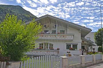 das Ferienhaus Luttach im Gegenlicht der Südtiroler Sommersonne