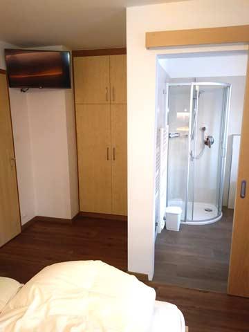 Schlafzimmer mit eigenen Bädern