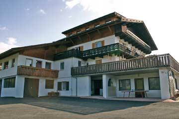 Ferienhaus Gitschberg - Hausansicht von der Terrasse und Spielwiese aus