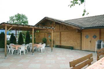 Terrasse und Holzchalet für 4 Personen im Hintergrund