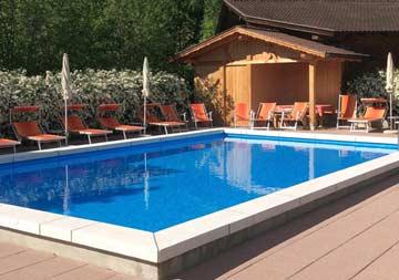 der hauseigene Pool mit Sonnenliegen