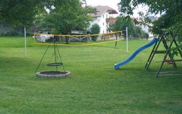 Garten mit Kinderspielplatz am Haus