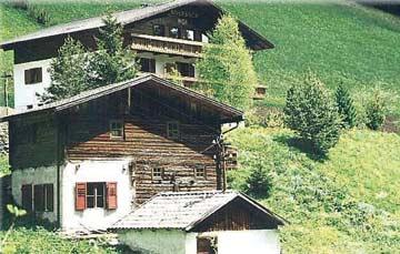 das Haupthaus (hinten) und die Blockhütte im Vordergrund
