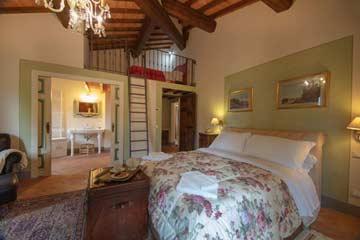 Schlafzimmer mit Doppelbett und Galerie mit eigenem Bad
