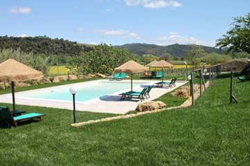 Pool mit Sonnenschirmen und Liegestühlen
