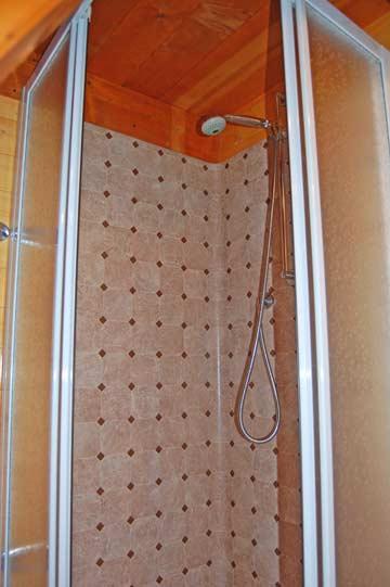 im Badezimmer mit Dusche/WC