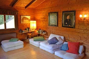 Großer Wohnraum mit Sitzpolstern