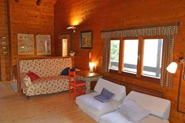Großer Wohnraum mit Sitzpolstern und Sitzecke mit Schreibtisch