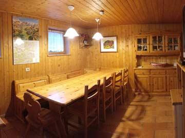 Die Hüttenstube mit großem Esstisch....