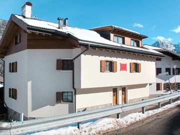 weitere Hausansicht Winter (man sieht gut die direkt nebeneinander liegenden Hauseingänge der beiden Hausteile)