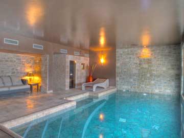 Pool im Wellnessbereich