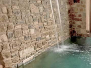 Pool mit Wasserfall im Wellnessbereich