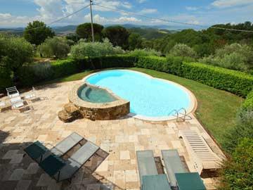 Blick von der Terrasse zum Pool