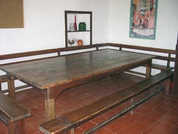 Essraum mit dem großen Esstisch und Bänken