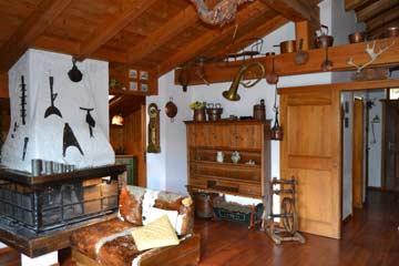 Schöner, uriger Wohnraum mit offenem Kamin