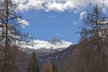 Aussicht im Frühling vom Balkon auf Becco di Mezzodi (Mittagsspitze)