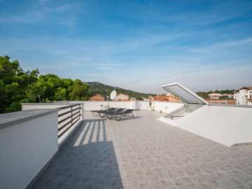 Sonne tnken auf der Dachterrasse