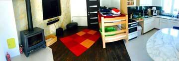 Wohnbereich mit Küche und Zusatzbett im EG