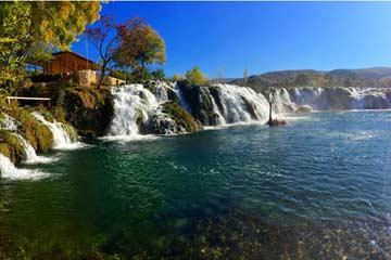 Schöne Badestelle mit Wasserfällen in der Umgebung