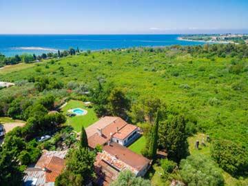 Luftaufnahme mit Blick zur Adria