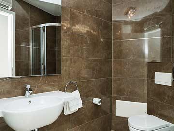 2. Badezimmer mit Dusche und WC