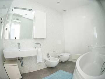 Badezimmer mit Eckbadewanne zu Schlafzimmer 1